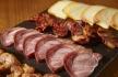 seleção de entradas de rojões, perna de porco fumada, chouriço e queijo