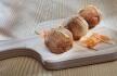 Croquetes de bochecha de porco com mostarda e pickle de cenoura
