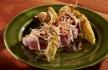 Atum com abacate frito e molhos japoneses