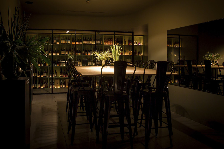 fef25123d64a8 O Porto vê nascer, na idílica Foz do Douro, um inovador e arrojado conceito  inteiramente dedicado ao culto do Vinho. Composto por três andares a  Vindega ...