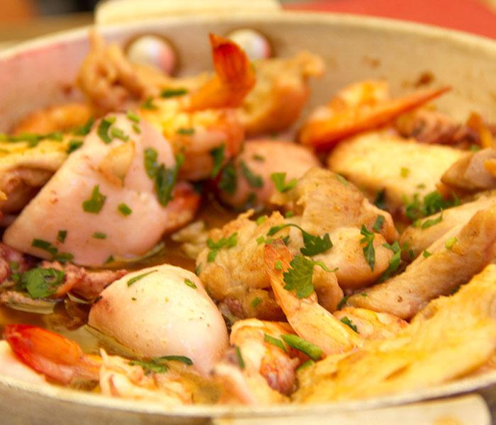camarao, lulas e frango com alho e piri-piri 600