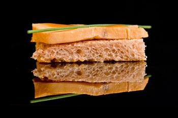 tosta de peixe marinado con culis de cafe y jengibre  350