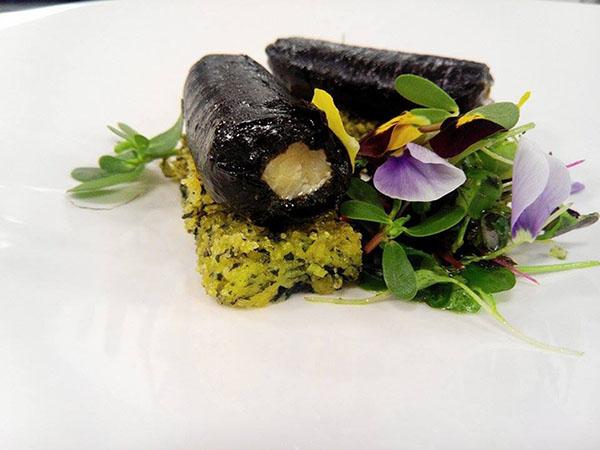 Canelone de espada preto e algas sobre milhos fritos e salada florida de beldroegas 600