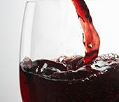 À mesa com vinho a copo